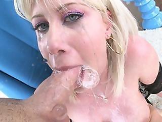 dikke tiet, blonde, pijp, deepthroat, lul, neuken, kokhalzen, porno ster, sexy, geschoren, door slikken, keel neuken, wit