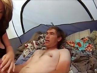 Threesome Amador Em Uma Barraca De Acampamento.