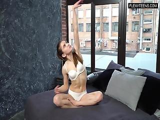 Anka Minetchica Flexible Babe Gymnast