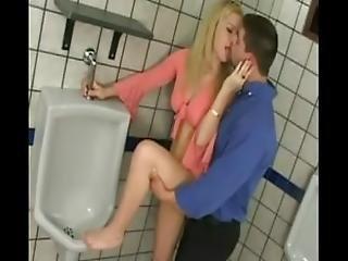 blond, blowjob, kondom, sædshot, doggystyle, finger, kneppe, behåret, missonær, offentlig, teen, toilet