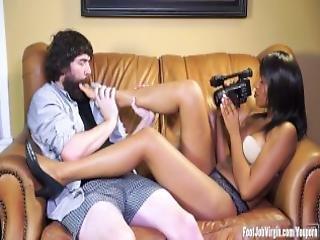 Footjob Virgin Skylar Has Her Feet Worshipped
