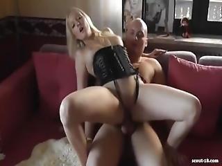 Blondes Babe In Sexy Corset Bekommt Ihre Muschi Besamt