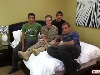 amatööri, nussiminen, brunetti, tuplapenetraatio, kimppapano, penetraatio, karski, seksi, pienet tissit, sotilas, Teini, virkapuku