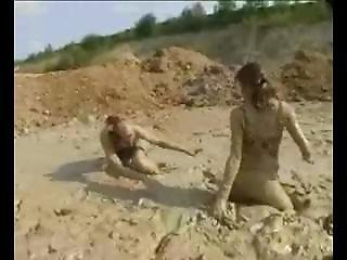 Wet_and_messy_girls_1873 - Mud