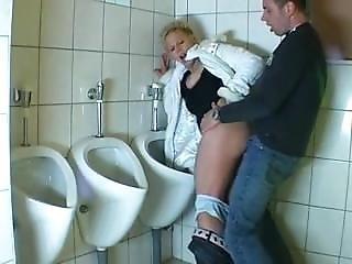Milf auf der Toilette