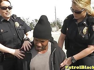 murzynka, policjant, femdom, ruchanie, międzyrasowy, ostro, trójkąt