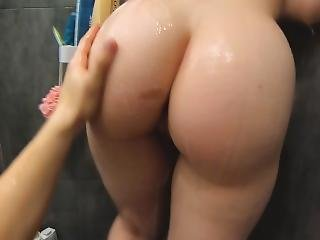 Quick Blowjob In The Shower