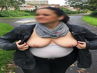 Ehehure Spaziert Mit Blanken Titten Outdoor