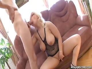 bonasse, blonde, pipe, poitrine généreuse, lunettes, masturbation, missionaire, taillée