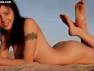 Hottie On The Beach - Hd