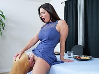Teen Dauther Licks Stepmommy Tasty Pussy
