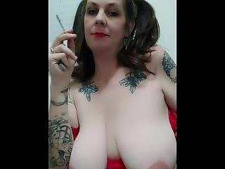 amatoriale, tette grandi, mora, milf, sexy, fumo, da sola, tatuaggio, a seno nudo