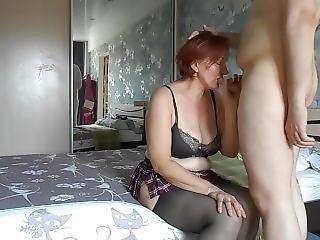 Зрелая дама не имела жена и была готова чулки одевать и всё делать, толь
