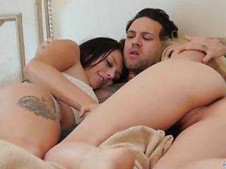 Lingerie Babes Kissing In Trio Before Fucking