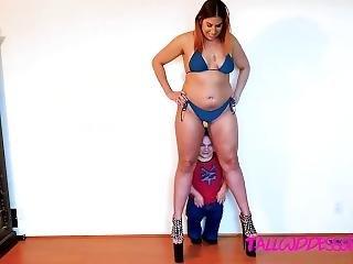 giant woman fucks tiny man
