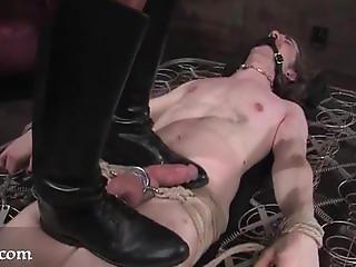 Domina gibt 2 Sexsklaven gnadenlosen Unterricht