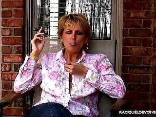 ブロンド, たばこ, フェティッシュ, 熟女, 小さなおっぱい, 喫煙
