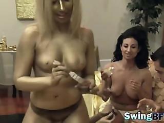 bikini, blondine, brünette, vollbusig, vorspiel, vierer, ficken, gruppensex, geil, interview, muskulös, realität, sexy, sex, sklave, necken