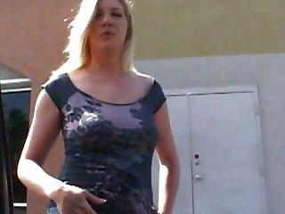 blonďaté, kuřba, prsaté, auto, cumshot, šukání, hardcore, milf, kunda, oholené, sex na gauči, vozidlo