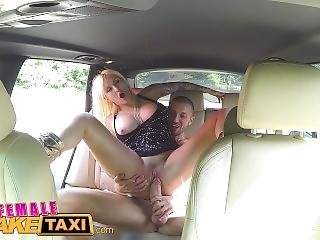Dikke Tiet, Blonde, Rondbostig, Neuken, Italiaans, Publiek, Realiteit, Sexy, Taxi