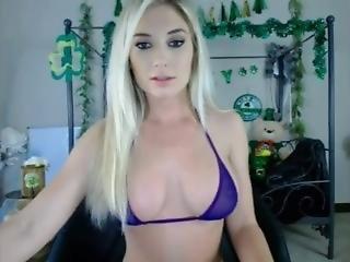Fit_blonde_bikini_tease-www.zxcamgirls.com