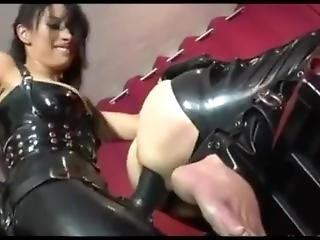 Domina In Latex Strapon