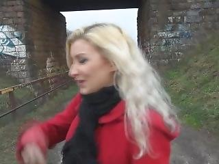 Vanessa Neben Bahn