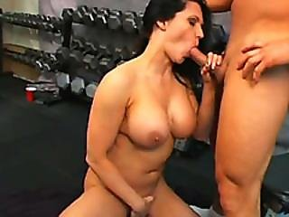Bodybuilder Chick Elle Cee Giving Head In Gym