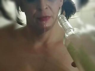 amatör, brud, stor klitta, flaska, brunett, klitta, fetish, onani, milf, solo, tatuerad, retar, vin