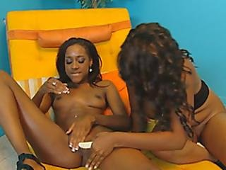 Musta lesbo imee nännit