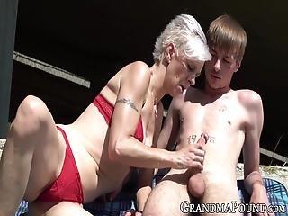 blondi, suihinotto, isoäiti, mummo, ulkona, nieleminen, tatuointi, nuori