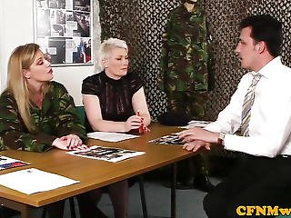 Leger, Cfnm, Ejaculatie, Europeaans, Femdom, Handjob, Vernedering, Masturberen, Milf, Minnares, Sex, Trio, Uniform, Gluurder