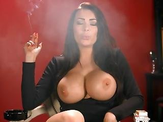 gros téton, anglaise, brunette, milf, fumeur, solo, sans haut