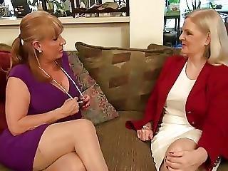 Two Hot Lesbi Moms
