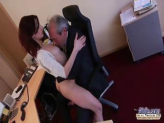 bei der arbeit, blasen, boss, brünette, milf, büro, Oralverkehr, klein, sekretärin, verführt, arbeitsplatz, jung
